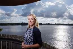 2016 juli - In opdracht van Volta_thinksvisual, voor Bouwfonds Property Finance GO18 Ezine#01 - portret van Anne-marie van Iwaarden van BPD op locatie bij de Kralingse Plas in Rotterdam. ©2016 Raymond de Vries (RAY fotografie/beeld/ontwerp)