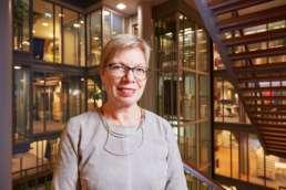 2018 januari - In opdracht van Volta_thinksvisual voor Bouwfonds Property Development GO18 ezine #06; portret van Karin Laglas, directeur Ymere. Op locatie hoofdkantoor Amsterdam.