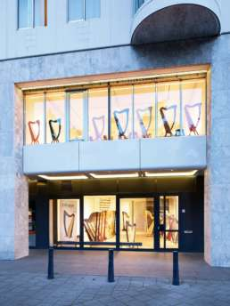 Publiciteits- en productfotografie in opdracht van Camac Harpen Nederland. Op de foto's ex- en interieur van flagship store aan het Weena in Rotterdam. Productfoto van harpmodel 'Telenn' op locatie Rotterdam, Erasmusbrug. ©2016 Raymond de Vries