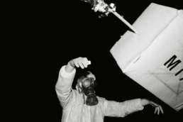 Fotoboek 'Gewitniewaggeschiet - Bergse dweilavonden 1996-2001' van fotograaf Raymond de Vries. Met bijdragen van schrijver Peer Wittenbols en stadsarchivaris Cees Vanwesenbeeck. Uitgave WiNK, Rotterdam, januari 2002, ISBN 90-806854-1-0, ©1996-2002 Ray